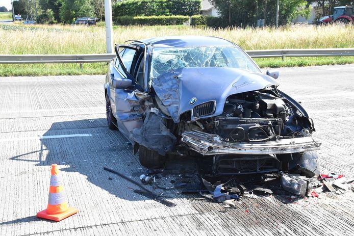 De BMW van de Roemeense automobilist liep zware schade op, na de botsing tegen een vrachtwagen van het bedrijf Cloet uit Pittem. Het ongeval gebeurde vlak voor het kruispunt van de Tieltstraat met de Ringlaan Robert De Paepe en de Vijfstraat.