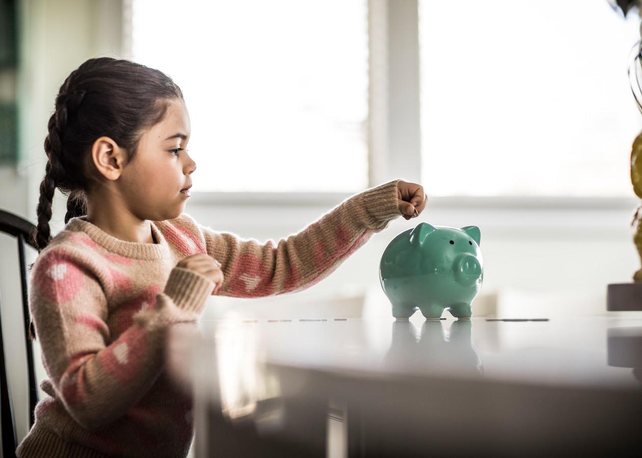 Kinderen kunnen al vroeg leren goed met geld om te gaan.