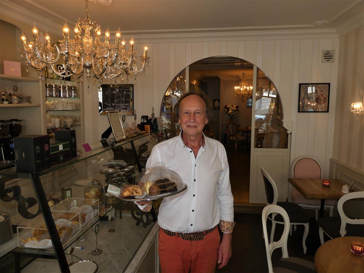 Marc Neirynck met enkele zelfgemaakte gebakjes in Lawrence House.