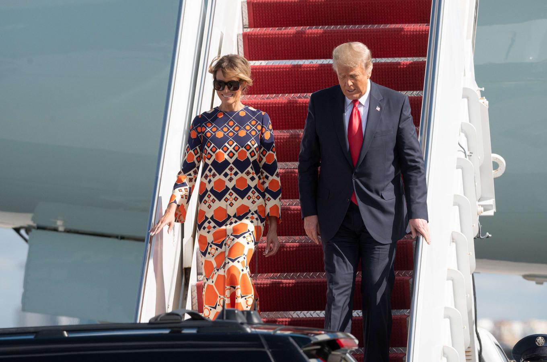 Melania et Donald Trump à leur descente d'Air Force One qui les a menés pour la dernière fois de Washington DC à Palm Beach en Floride.
