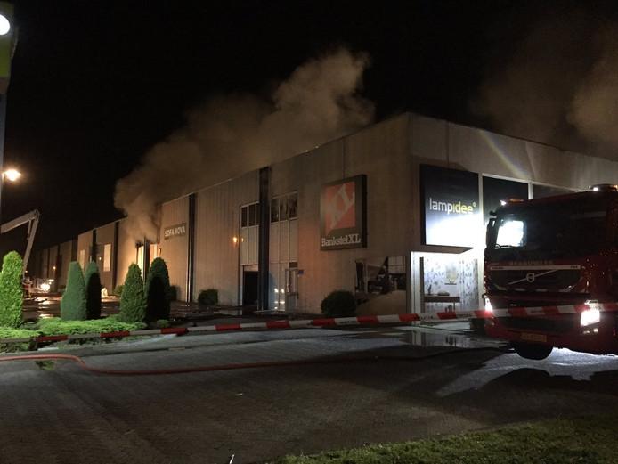 Rond 02.15 uur was er nog steeds sprake van veel rook.