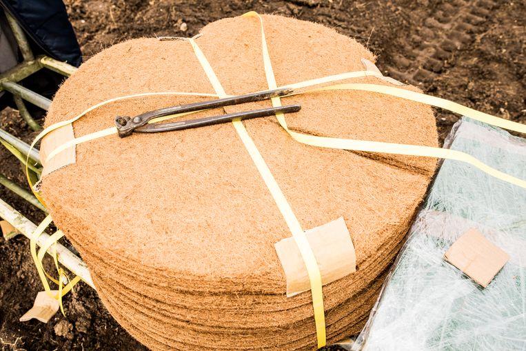 Kokosmatten voor om de boompjes. Beeld Jan Mulders