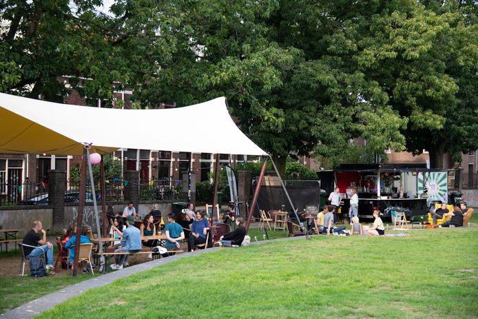 Bottendaal Buiten, het gezamenlijk terras van horecaondernemers in het Thiemepark in de Nijmeegse wijk Bottendaal.
