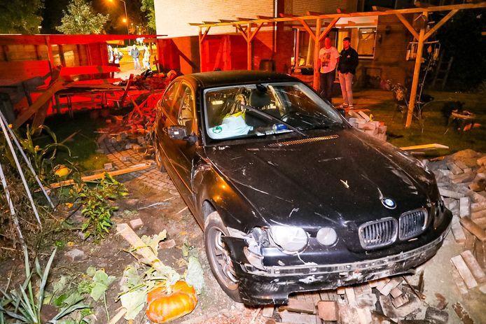 De BMW die met een knal ineens in de achtertuin van Theo uit Apeldoorn stond.