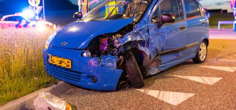 Auto in de prak bij aanrijding in Zwolle, vermoedelijke dader vlucht