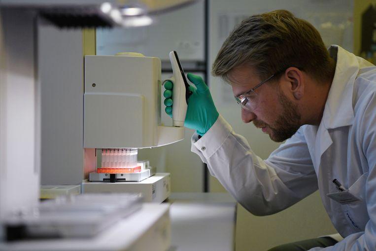 Een onderzoeker van Curevac aan het werk in een Duits laboratorium van het bedrijf.   Beeld Reuters