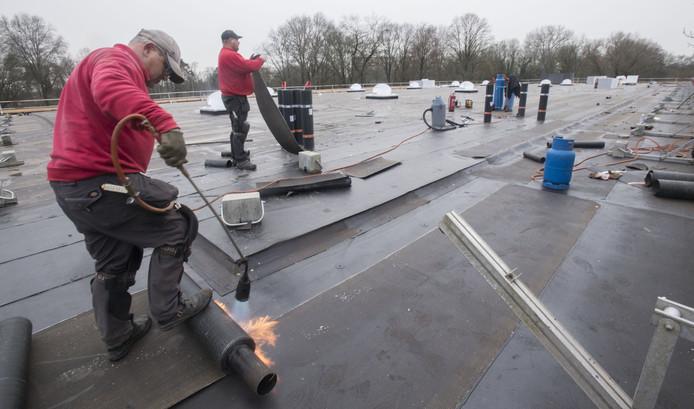 Op het dak van het Twentebad komen 922 zonnepanelen.