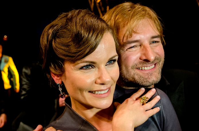 Angela Schijf en Victor Reinier vieren dat zij de Gouden Televizier-Ring 2014 hebben gewonnen.