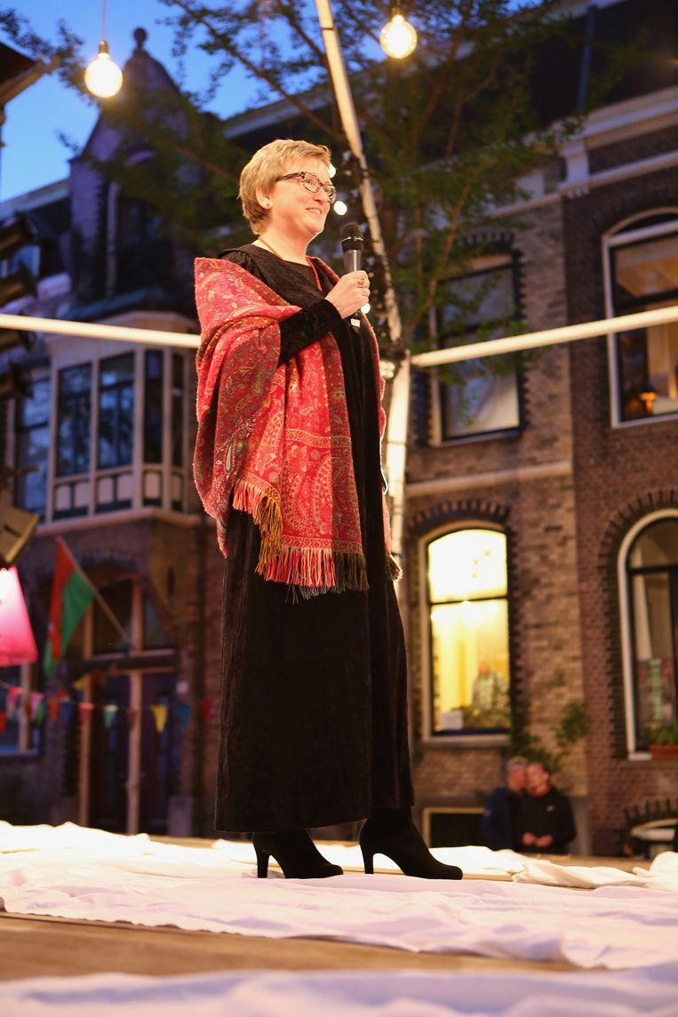 Buurman doet haar best om de sfeer van het Bredewegfestival via een livestream over te brengen. Beeld