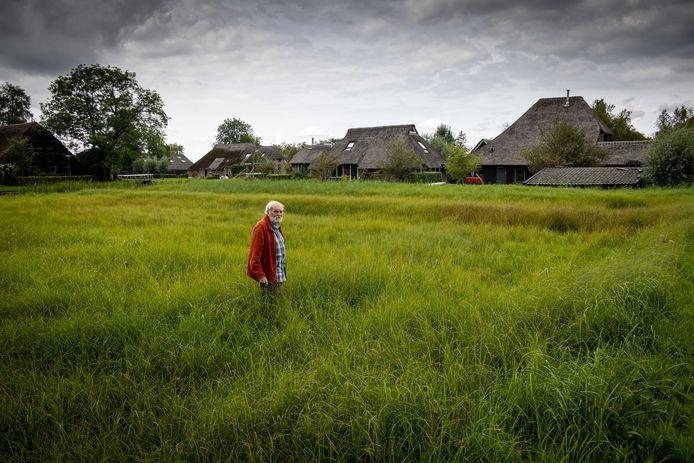 """Harm Piek, tussen de landerijen, de woonboerderijen en de natuur in Dwarsgracht. Met de bewoners laten ze de natuur over het algemeen hun gang gaan, maar grijpen ze om verwildering tegen te gaan zo nu en dan in. ,,Doe je niks, dan gaat deze plek verloren. We moeten er zuinig op zijn."""""""