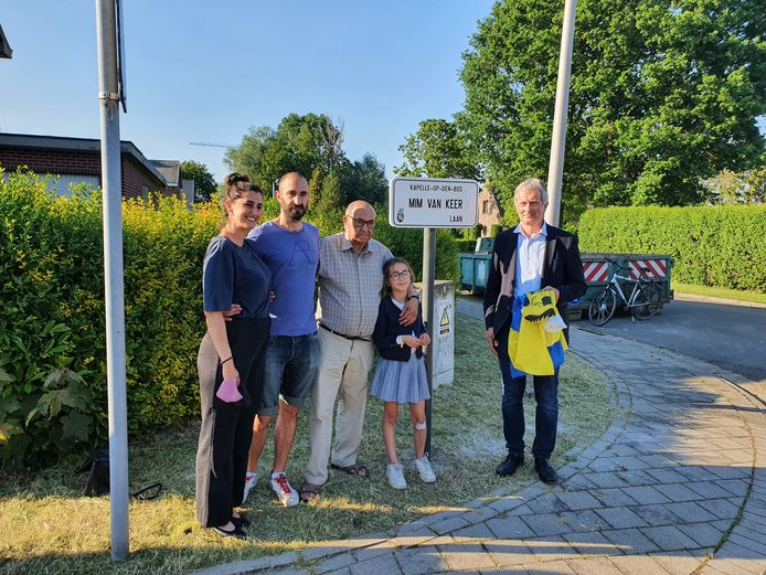 De familie van Mim Van Keer is blij met de nieuwe straatnaam. Burgemeester Renaat Huysmans (rechts) onthult het straatnaambord.
