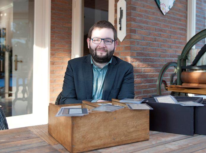 Robert Kemper Alferink heeft een bijzondere verzameling: hij verzamelt bidprentjes.