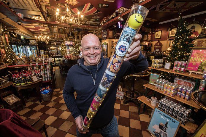 Cafébaas Robert Nagel met blikken speciaalbier voor take away.