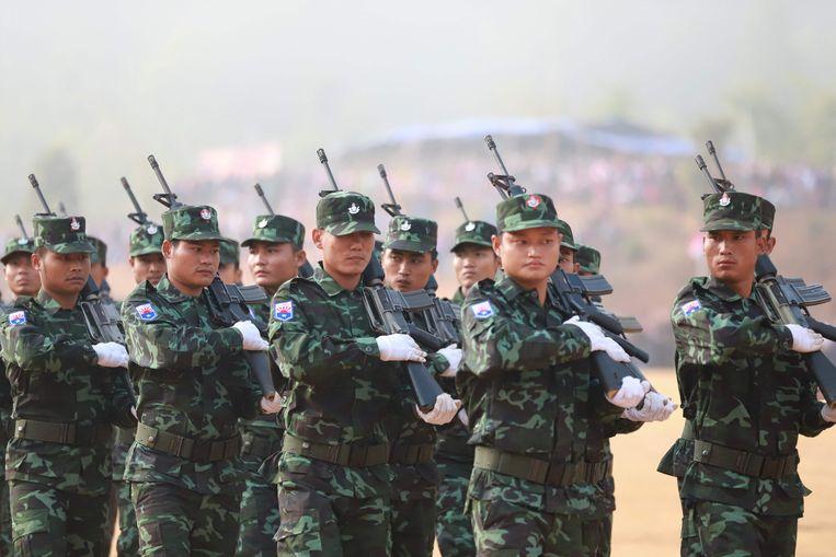Strijders van de Karen National Union (KNU), een van de tien Myanmarese rebellengroepen die zich achter de pro-democratie-betogers hebben geschaard. Deze foto is aangeleverd door de KNU. Beeld AFP
