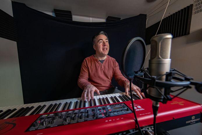 Hans Jansen gelooft in betere tijden: ,,De muziek is mijn passie. En ik geloof heilig dat ik daar straks van kan leven. Nu levert het me nog niets op. Is het alleen maar investeren geblazen.''