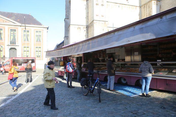 Heel weinig bezoekers op de wekelijkse markt waar enkel voedingskramen waren.