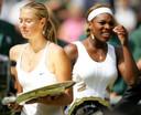 Een piepjonge Sharapova is dolgelukkig met haar titel op Wimbledon in 2004. Op de achtergrond baalt Serena Williams.