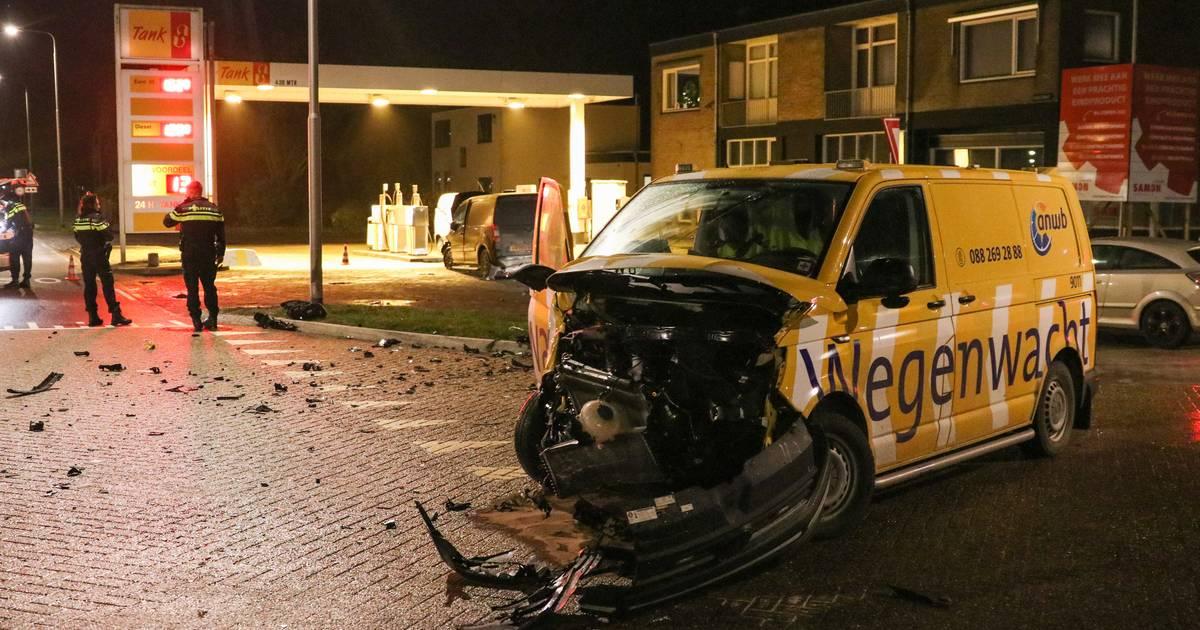 Wegenwacht kan niet verder na knalharde botsing met bestelauto in Nagele.