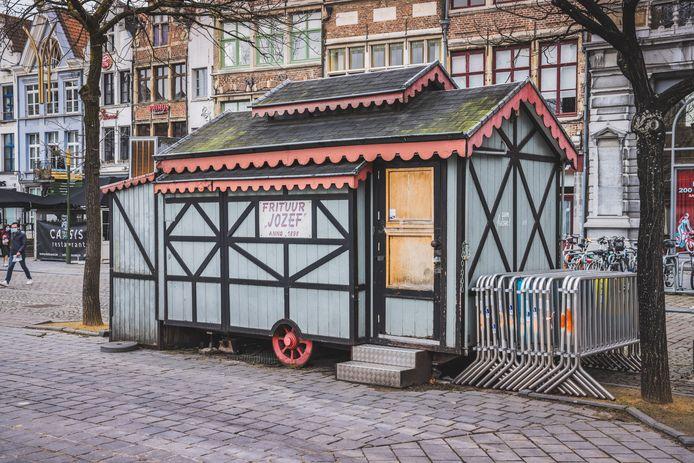 Frituur Jozef op de Vrijdagmarkt, een pittoresk chaletje op wielen, is al maanden gesloten.