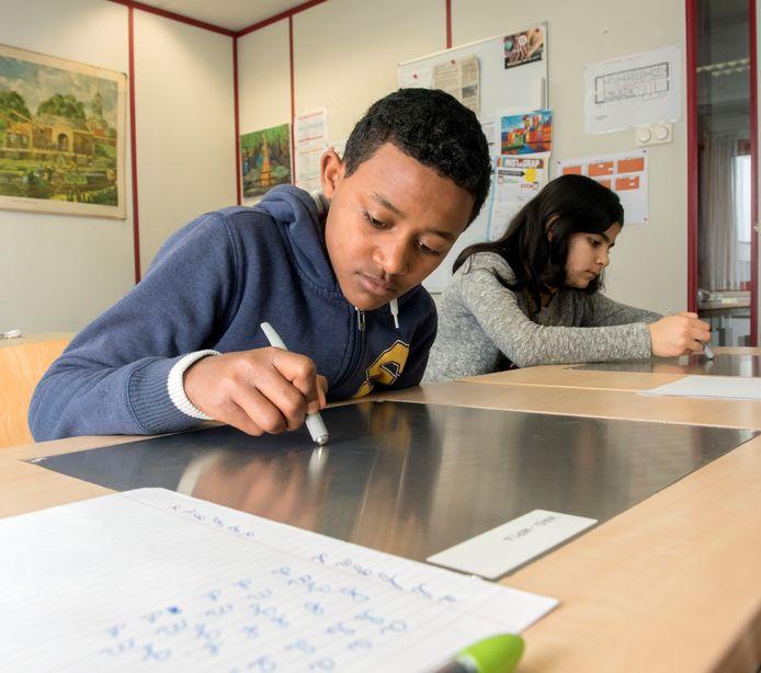 Een kind van vluchtelingenouders stort zich op zijn schoolwerk op één van de ISK's in Nederland.
