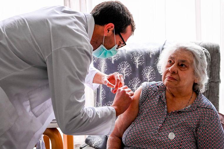 Bewoonster Maria krijgt het coronavaccin toegediend in het woonzorgcentrum Sint-Pieters in Puurs-Sint-Amands. Beeld Belga