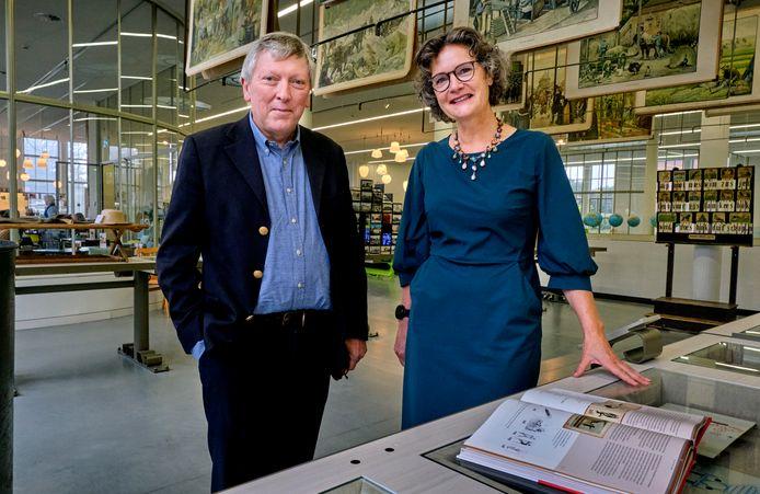 Het Nationaal Onderwijsmuseum in Dordrecht opent 9 december een tentoonstelling over leren lezen en leesplezier. Links  Ludo Stroobants, directeur Uitgeverij Zwijsen, en Petra Reijnhoudt, directeur van het Nationaal Onderwijsmuseum.