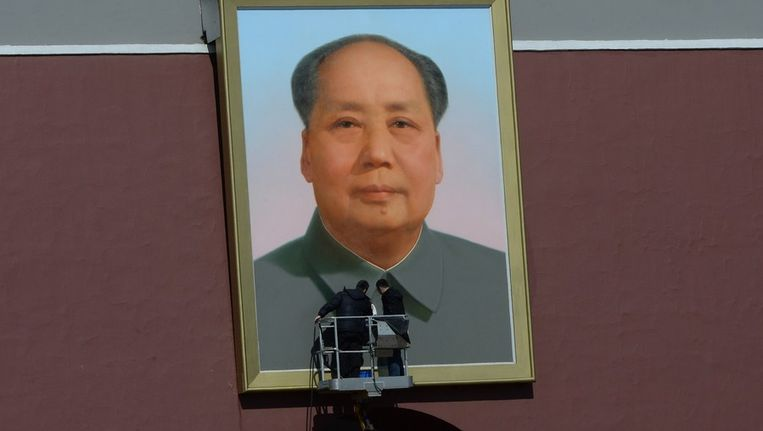 Schoonmakers werken zwarte vlekken weg op het grote portret van Mao op het Plein van de Hemelse Vrede Beeld afp