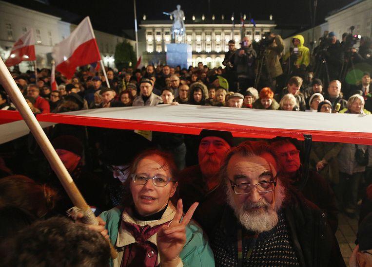 Polen protesteerden afgelopen vrijdag tegen de plannen van de regering om meer controle te krijgen over de rechtspraak in het land. Beeld AP