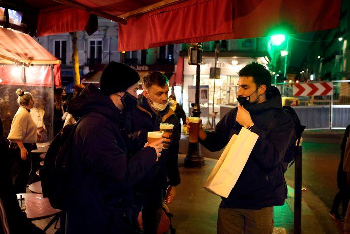 Gisteravond, op de laatste avond dat het mocht, dronken enkele Parijzenaars hun meeneembier buiten een café op. De Franse overheid wil met de verstrengde avondklok zulke aperitieven een halt toeroepen.