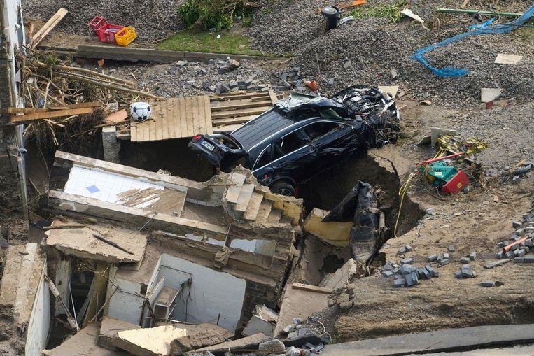 Huizen en wagens zijn beschadigd in de Ahr-vallei. Beeld AP