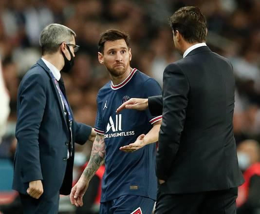 Lionel Messi laat zijn coach Mauricio Pochettino merken niet blij te zijn met zijn wissel in de 75ste minuut.