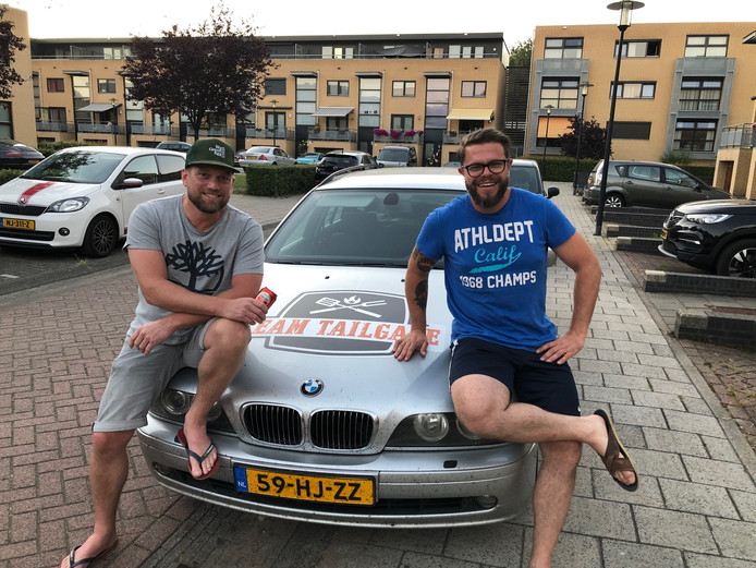 Kamiel van Riel (links) en Jochem van Woensel met hun oude BMW.