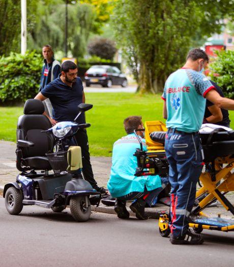 Vader en dochter botsen met scootmobiel op auto in Apeldoorn; beiden naar het ziekenhuis