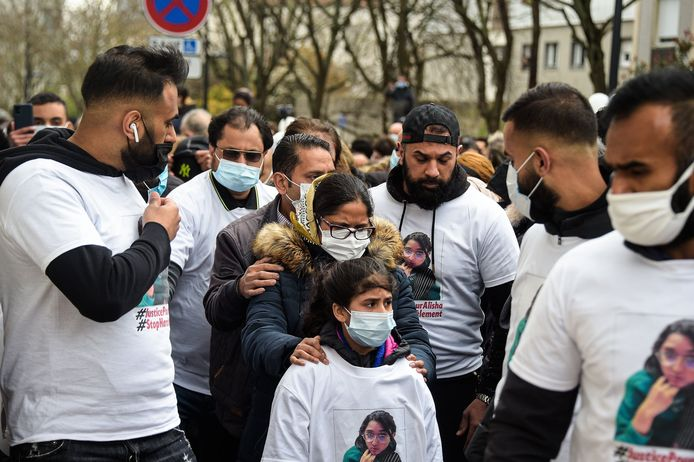 De familie van Alisha, omringd door ruim 2.000 mensen tijdens de witte mars.
