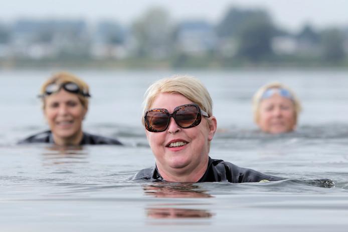 Corina Kersten doet zaterdag mee aan de Zwem voor MIJ sponsor zwemtocht  linksachter: Marlies Kersten en rechtsachter: Truus van der Meijden foto: Peter van Huijkelom