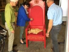 Repair Café Almelo ontfermt zich over stoel van Sinterklaas