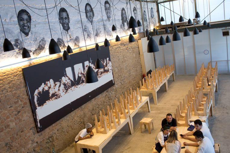 Tijdens de Spelen in Rio opende Boturro er Refettorio Gastromotiva, een ambitieus project waarbij chefs voedseloverschotten verwerkten tot maaltijden voor de armen en daklozen. Beeld AP