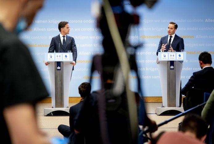 Demissionair premier Mark Rutte en demissionair minister Hugo de Jonge kondigen het stappenplan aan.