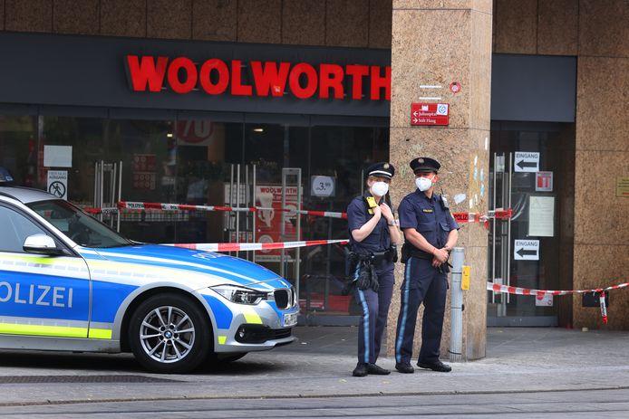 Politie voor de ingang van het Woolworth-filiaal.