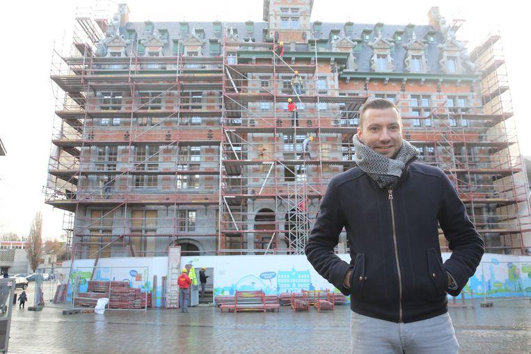 Schepen van Patrimonium Pieter Busselot (CD&V) bij het Historisch Stadhuis, dat na anderhalf jaar weer zichtbaar is.