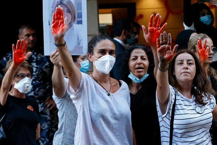 Inwoners van Beiroet protesteren bij het ministerie van Binnenlandse Zaken tegen de Libanese elite. Beeld AP