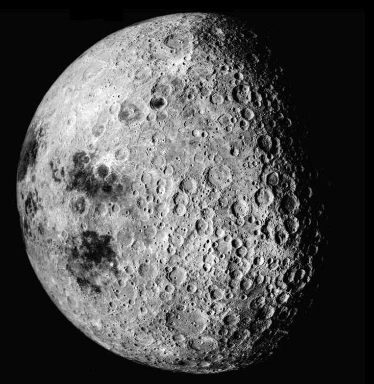 De achterkant van de maan, hier in beeld gebracht door Apollo 16, krijgt binnenkort bezoek van een Chinese maanlander. Beeld kos