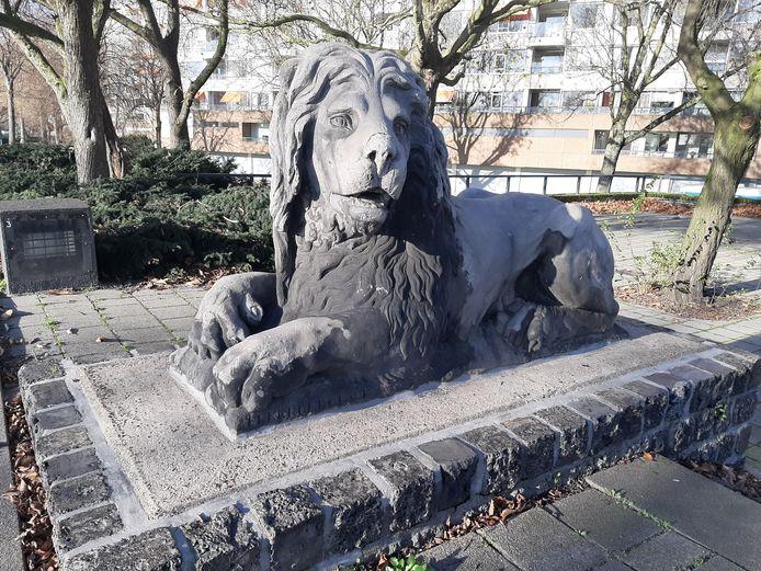 Eén van de leeuwen langs de Maasboulevard. Misschien over een poosje te zien op het nabijgelegen Oostplein.