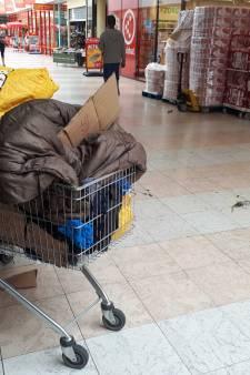 Dakloze man (22) verdacht van poging doodslag na slaan politieagent met bierflesje in Zwolle