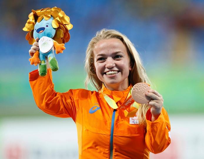 Lara Baars uit Groesbeek is blij met haar bronzen medaille bij het kogelstoten.