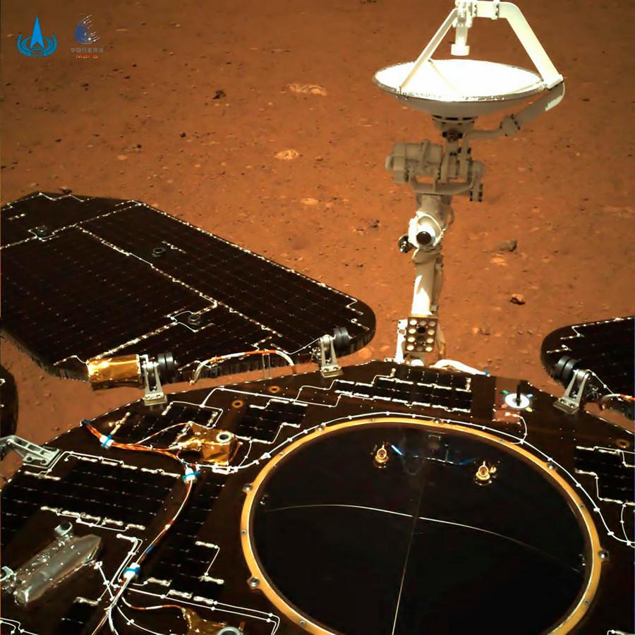 Op deze foto van Marsverkenner Zhurong  is een deel van het planeetoppervlak te zien.