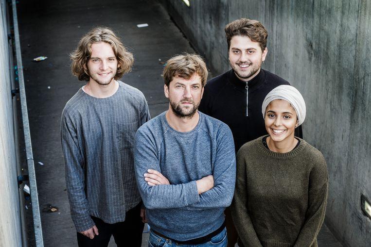 Regisseur Simon De Vos (m.) met enkele van de ambassadeurs. Beeld Bob Van Mol