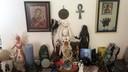 Het altaar in de woning van het Enschedese gezin, met beelden en symbolen die in hun religie belangrijk zijn.