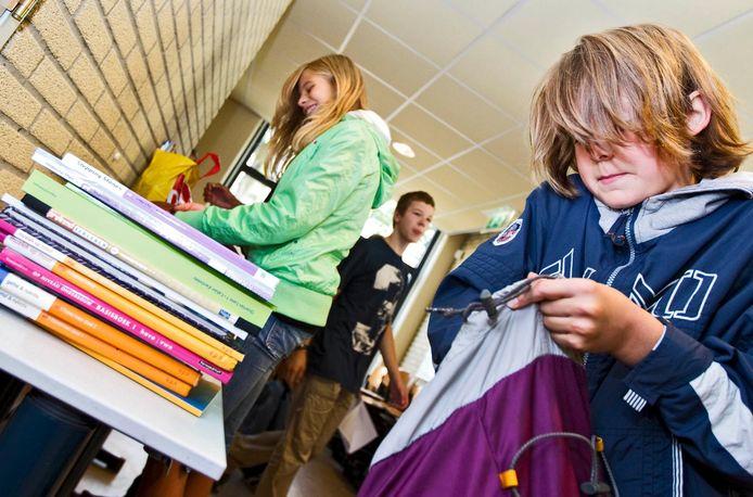 Foto ter illustratie. Brigklassers halen hun nieuwe schoolboeken op.