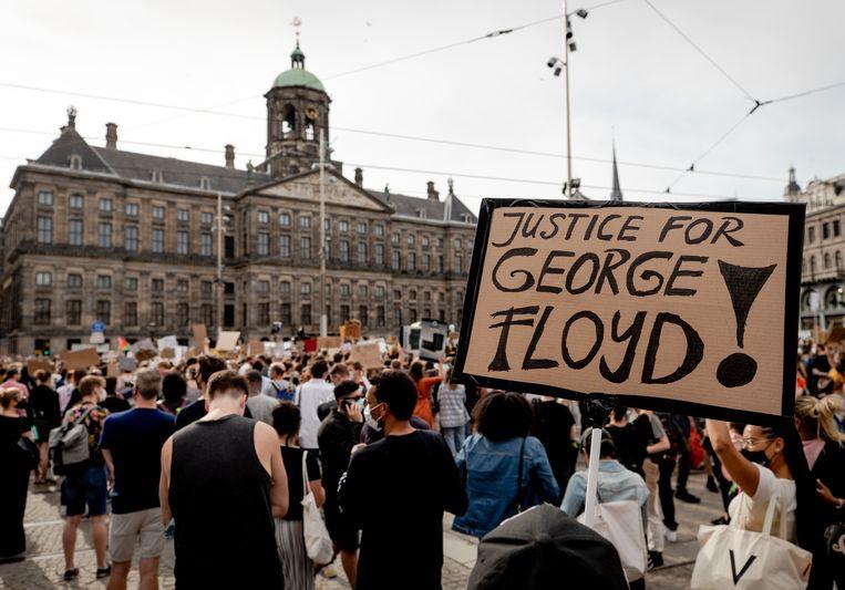 Demonstranten tijdens het protest op de Dam. Diverse anti-racisme-organisaties hielden een manifestatie uit protest tegen wat zij noemen politiegeweld tegen zwarten in de VS en de EU. Beeld ANP
